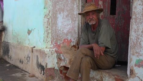 A-friendly-old-man-smiles-in-Trinidad-Cuba-2