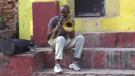 Un-Hombre-Toca-El-Trombón-En-Las-Calles-De-La-Habana-Cuba