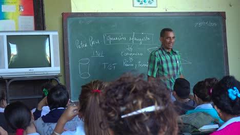Un-Maestro-Instruye-A-Un-Aula-De-Estudiantes-En-Cuba