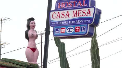 Un-Hotel-Sórdido-En-Cuba-Cuenta-Con-Una-Estatua-De-Una-Mujer-En-Topless-En-Bikini-En-El-Techo