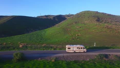 Antena-Sobre-Una-Autocaravana-Viajando-Por-Una-Carretera-Rural