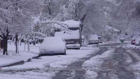 Un-Vecindario-Está-Nevado-Durante-Una-Gran-Tormenta-De-Invierno