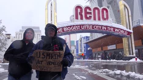 Dos-Veteranos-Sin-Hogar-Se-Paran-Frente-Al-Arco-De-Reno-Pidiendo-Dinero