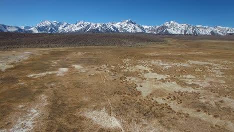 Una-Antena-Sobre-Una-Llanura-Geotérmica-En-Las-Montañas-De-Sierra-Nevada-Cerca-De-Mamut-California-2
