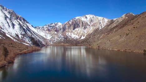 Una-Antena-Sobre-Las-Montañas-De-Sierra-Nevada-Revela-Un-Atractivo-Lago-1