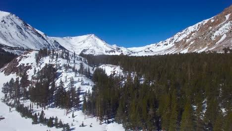 Alta-Antena-Sobre-Montañas-Cubiertas-De-Nieve-Muy-Remotas-En-La-Sierra-Nevadas