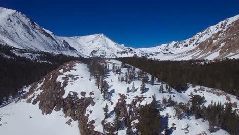 Una-Antena-Sobre-Una-Cabaña-Abandonada-Remota-En-La-Cima-De-Una-Montaña-En-Las-Altas-Montañas-De-Sierra-Nevada-En-Invierno