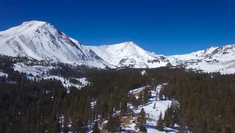 Una-Antena-Sobre-Una-Cabaña-Abandonada-Remota-En-La-Cima-De-Una-Montaña-En-La-Alta-Sierra-Nevada-En-Invierno-2