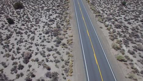 Antena-Encima-De-Un-4wd-Viajando-Por-Un-Camino-De-Tierra-En-El-Desierto-De-Mojave-Con-Las-Montañas-De-Sierra-Nevada-Distantes-3