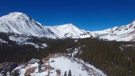 Una-Antena-Sobre-Una-Remota-Cabaña-Abandonada-En-La-Cima-De-Una-Montaña-En-La-Alta-Sierra-Nevada-En-Invierno-4