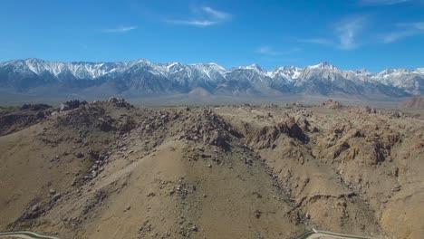 Una-Antena-Ascendente-Sobre-Las-Colinas-De-Alabama-De-California-Revela-Las-Montañas-De-Sierra-Nevada-Imponentes-Y-Cubiertas-De-Nieve-1