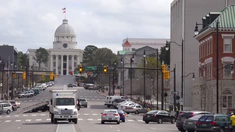 Una-Toma-De-Establecimiento-Del-Centro-De-Montgomery-Alabama-Con-El-Edificio-Del-Capitolio-Distante