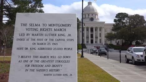 Una-Placa-Fuera-Del-Edificio-De-La-Capital-De-Montgomery-Honra-A-La-Selma-De-Los-Derechos-Civiles-A-La-Marcha-De-Montgomery