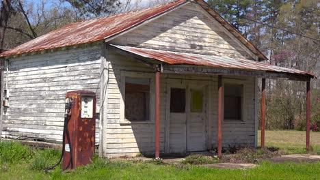 Eine-Heruntergekommene-Alte-Tankstelle-Im-Ländlichen-Mississippi