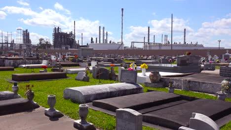 Ein-Friedhof-Oder-Friedhof-In-Louisiana-Existiert-Neben-Einer-Riesigen-Petrochemischen-Fabrik