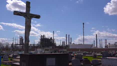 A-cemetery-or-graveyard-in-Louisiana-exists-adjacent-to-a-huge-petrochemical-plant-2
