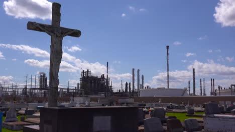 Ein-Friedhof-Oder-Friedhof-In-Louisiana-Existiert-Neben-Einer-Riesigen-Petrochemischen-Fabrik-3