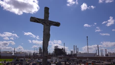 A-cemetery-or-graveyard-in-Louisiana-exists-adjacent-to-a-huge-petrochemical-plant-4