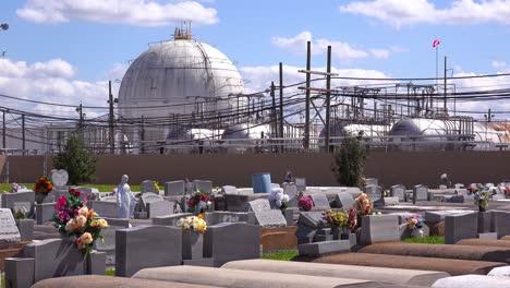 Ein-Friedhof-Oder-Friedhof-In-Louisiana-Existiert-Neben-Einer-Riesigen-Petrochemischen-Fabrik-12