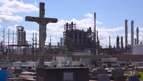 A-cemetery-or-graveyard-in-Louisiana-exists-adjacent-to-a-huge-petrochemical-plant-15