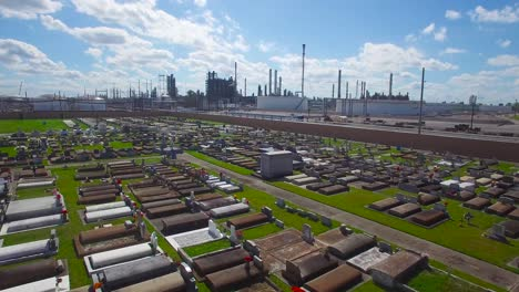 An-vista-aérea-over-a-Louisiana-cemetery-reveals-a-huge-chemical-factory-refinery-in-the-distance