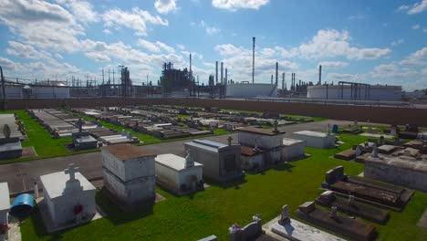 Eine-Antenne-über-Einem-Friedhof-In-Louisiana-Zeigt-In-Der-Ferne-Eine-Riesige-Raffinerie-Einer-Chemischen-Fabrik-2