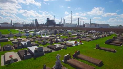 Eine-Antenne-über-Einem-Friedhof-In-Louisiana-Zeigt-In-Der-Ferne-Eine-Riesige-Raffinerie-Einer-Chemischen-Fabrik