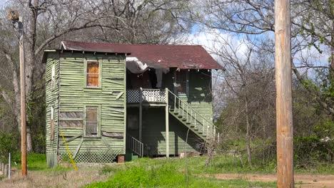 Una-Vieja-Casa-De-Vecindad-En-Descomposición-Se-Encuentra-En-Un-Campo-En-Jackson-Mississippi