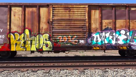 Se-Ve-Un-Colorido-Graffiti-En-Vagones-De-Ferrocarril-Estacionados