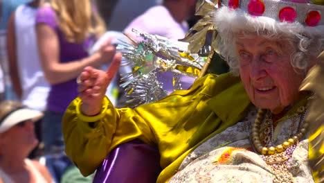 Una-Mujer-Muy-Anciana-Es-Coronada-En-Un-Desfile-Callejero-En-Santa-Bárbara-California-