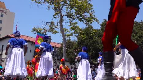La-Gente-Baila-En-Las-Calles-De-Santa-Bárbara-California-Durante-La-Celebración-Del-Solsticio-