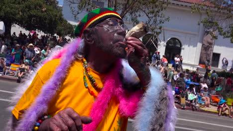 Ein-Mann-Raucht-Während-Der-Sonnenwende-Parade-Einen-Großen-Marihuana-Joint-Auf-Den-Straßen-Von-Santa-Barbara-Kalifornien