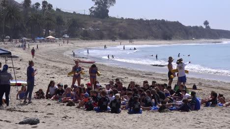 Los-Niños-Asisten-A-Un-Campamento-Diurno-En-La-Playa-De-Santa-Bárbara-California-