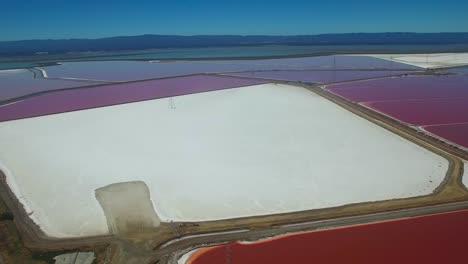 Imágenes-Aéreas-Sobre-Las-Notables-Salinas-Rojas-Y-Blancas-En-El-área-1-De-La-Bahía-De-Fremont-California