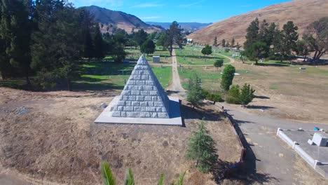 Una-Toma-Aérea-Sobre-Una-Gran-Pirámide-De-Piedra-En-Un-Cementerio-Cerca-De-San-Luis-Obispo-California