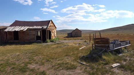 Un-Viejo-Vagón-Abandonado-Se-Encuentra-En-El-Campo-En-La-Notable-Ciudad-Fantasma-De-Bodie-California