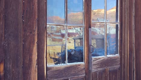 El-Reflejo-En-Las-Viejas-Ventanas-De-Vidrio-Revela-La-Abandonada-Ciudad-Fantasma-De-Bodie-California