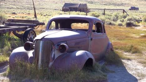 Un-Coche-Viejo-De-Otra-época-Se-Encuentra-En-Los-Campos-De-La-Abandonada-Ciudad-Fantasma-De-Bodie-California