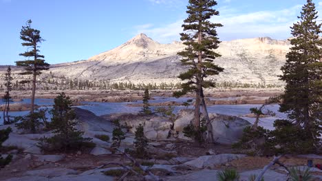 Establishing-shot-of-the-Desolation-Wilderness-in-the-Sierra-Nevada-mountains-California
