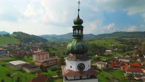 Una-Toma-Aérea-Clásica-Sobre-Un-Pequeño-Pueblo-Rural-De-Europa-Oriental-En-Eslovaquia
