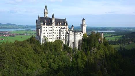 Una-Vista-Clásica-Del-Castillo-De-Neuschwanstein-Mad-Ludwigs-En-Baviera-Alemania-1