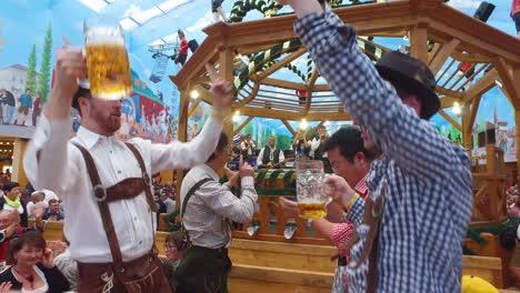 Los-Borrachos-Beben-Cantan-Y-Celebran-En-El-Oktoberfest-De-Alemania