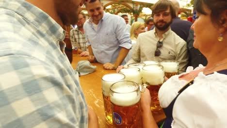 Una-Doncella-De-Cerveza-Entrega-Brazadas-De-Cerveza-En-El-Oktoberfest-De-Alemania-