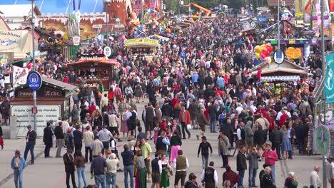 Grandes-Multitudes-De-Personas-Asisten-Al-Oktoberfest-En-Munich-Alemania-5