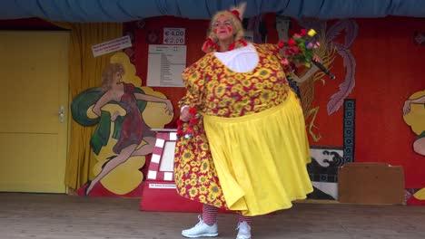 Una-Mujer-Gorda-En-Traje-Baila-Fuera-De-Una-Carpa-En-El-Oktoberfest-De-Alemania