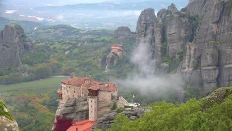 Nebel-Steigt-Morgens-Um-Die-Schönen-Klöster-Von-Meteora-Greece
