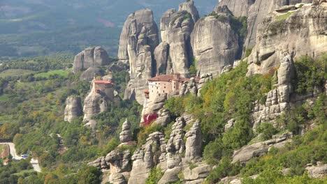 Ein-Kloster-In-Meteora-Griechenland-überblickt-Ein-Tal-Unter-1