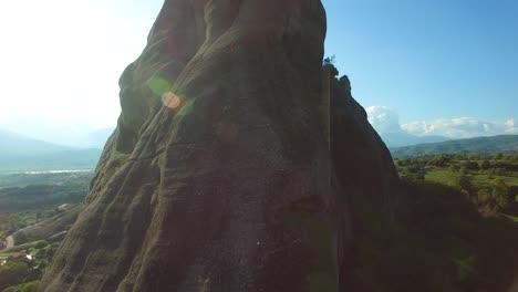 Antena-Ascendente-Como-Escaladores-Ascienden-Una-Escarpada-Aguja-Pináculo-En-Meteora-Grecia