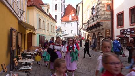 Schöne-Kinder-In-Einheimischen-Kostümen-Spazieren-Durch-Cesk___´©-Krumlov-Ein-Hübsches-Kleines-Böhmisches-Dorf-In-Der-Tschechischen-Republik
