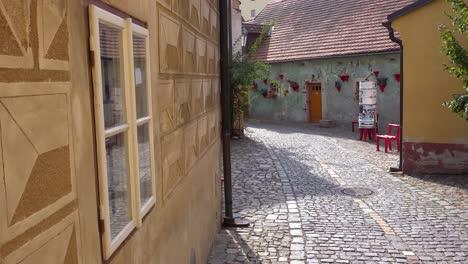 Aufnahme-Einer-Kopfsteinpflasterstraße-In-Cesk___´©-Krumlov-Ein-Hübsches-Kleines-Böhmisches-Dorf-In-Der-Tschechischen-Republik